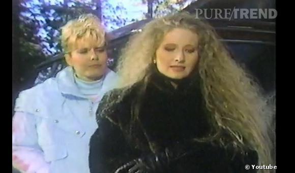 Rétro beauté Les Feux de l'Amour :  Au début de la série, Lauren Fenmore (à gauche) nous aura laissé voir quelques belles coiffures... Idem pour les frisettes effet mousse de sa voisine.