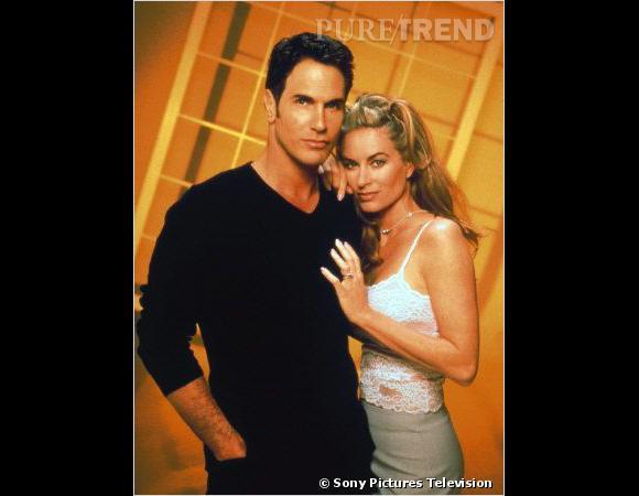 """Rétro beauté Les Feux de l'Amour :  Mais c'est surtout Eileen Davidson qui interprète le rôle, ici aux côtés de l'un de ses maris, Brad Carlton, d'abord garçon de piscine avant de virer """"homme d'affaires"""" (visiblement, on n'a pas l'embarras du choix niveau profession dans la série)."""