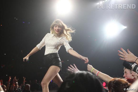Taylor Swift, actuellement en pleine tournée, a bien failli se faire empaler par une épée.