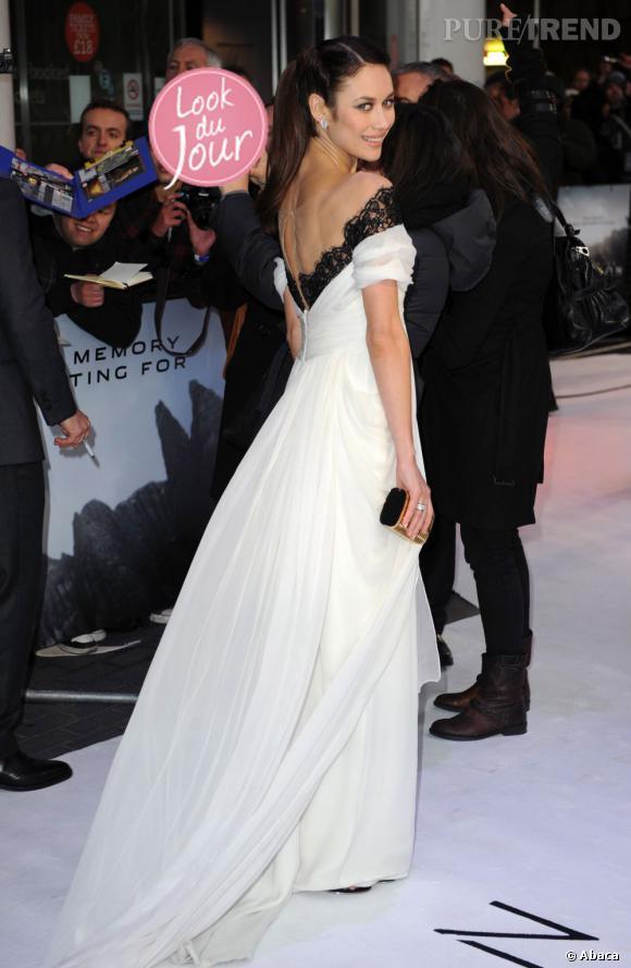 """Olga Kurylenko mise sur une robe Marchesa blanche et à la dentelle noire pour l'avant-première d'""""Oblivion"""" à Londres."""