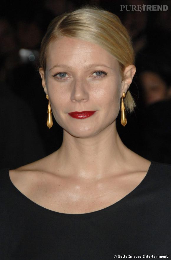Le flop boucles d'oreilles  : gouttes et dorées, ces boucles d'oreilles ne s'accordent pas avec son rouge à lèvres carmin. Pire, elles vieillissent et donnent une allure classique à Gwyneth Paltrow.