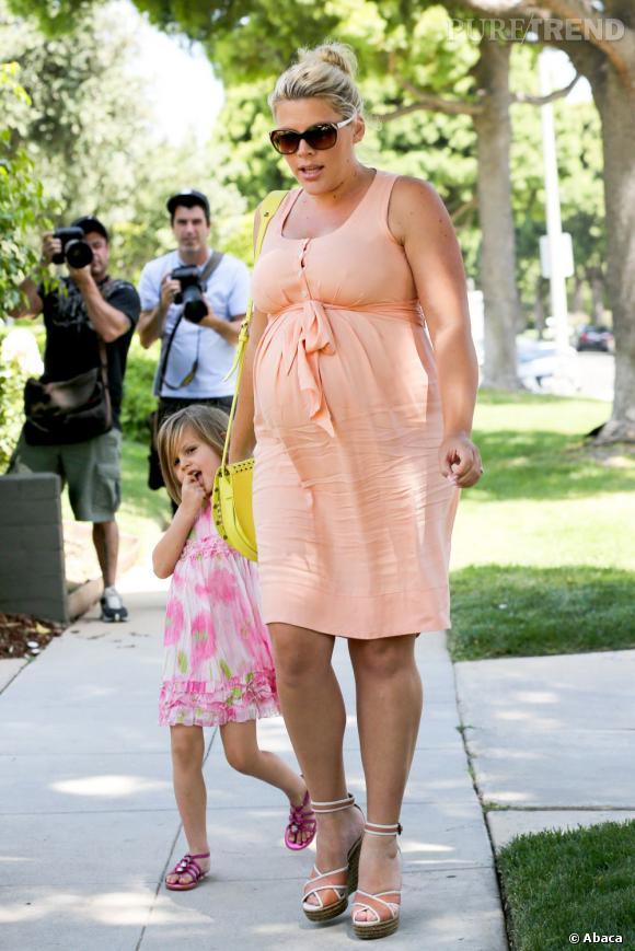 Busy Philipps affiche son baby-bump en promenant sa fille aînée Birdie.