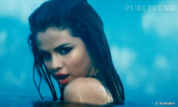 Selena Gomez enchaîne les regards langoureux...