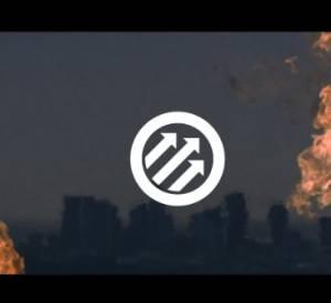Dans cet extrait, on découvre les deux membres du groupe, leur casque sur la tête, en train de traverser des flammes.