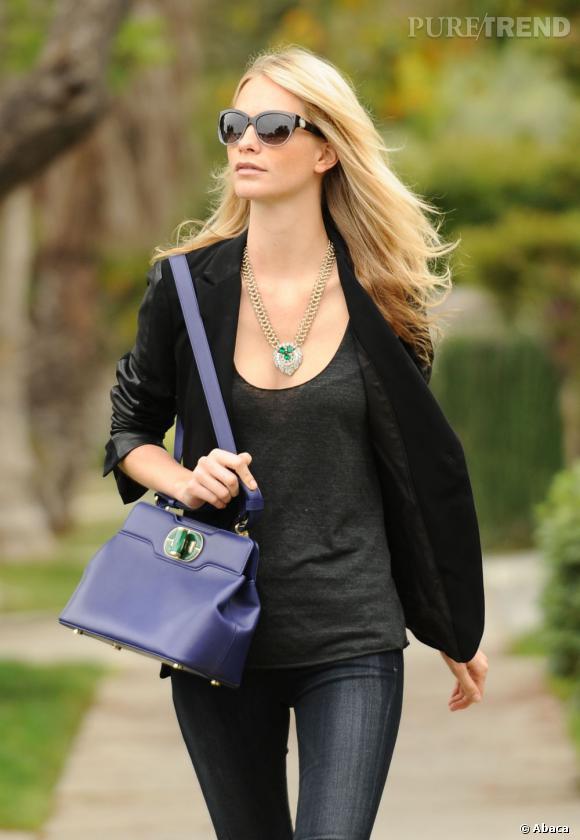 Autre couleur, même sac : Poppy Delevingne s'essaie maintenant au violet bleuté.