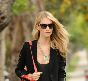 Poppy Delevingne, accessoires fluo et silhouette noir intense... A shopper !