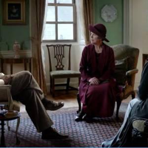 Sans Combs discute avec deux des personnages de la série.
