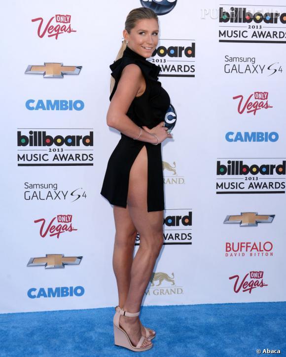 Kesha n'a peur de rien et aux Billboard Music Awards, elle dévoile largement ses cuisses.