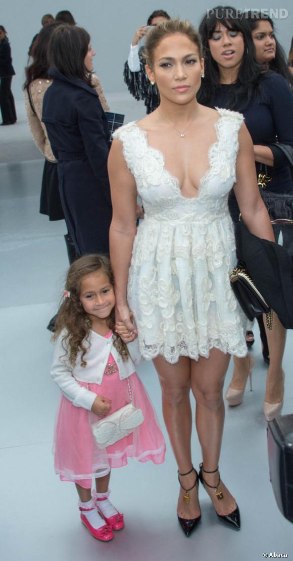 Jennifer Lopez et l'un de ses jumeaux, Emme, qui sait poser comme sa maman.