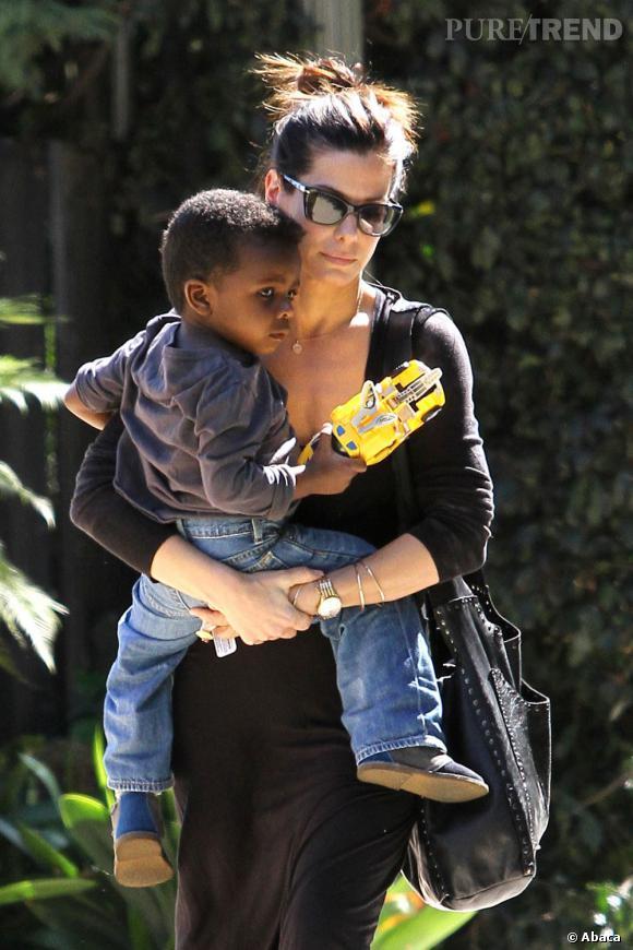 Sandra Bullock et son fils adoptif, Louis. Une maman protectrice et aimante.