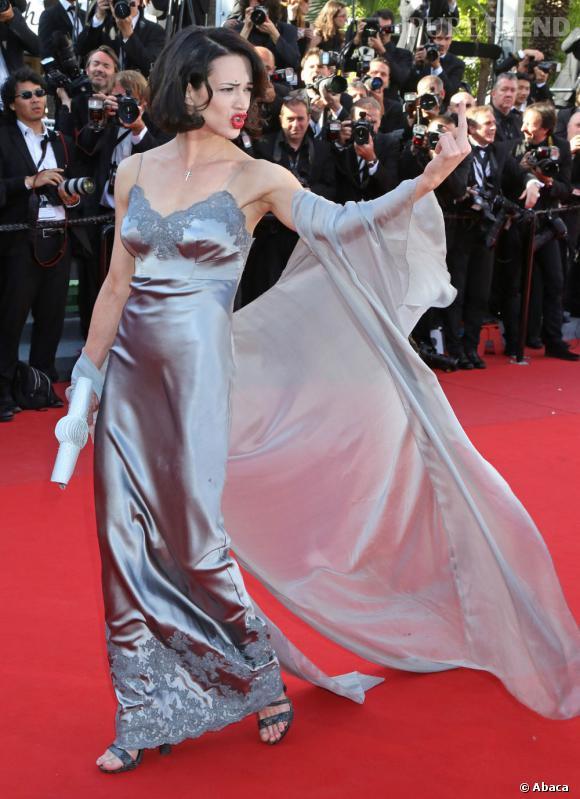 Le flop robe en satin :  Asia Argento semble porter un déshabillé...