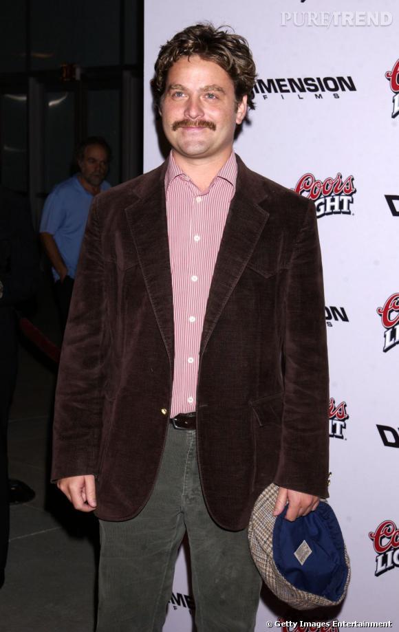 Zach Galifianakis en 2002 : plus mince qu'aujourd'hui, l'acteur mise sur une moustache et une veste en pane de velours... Ringard ?