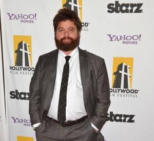 """Zach Galifianakis en 2010 : costume gris et allure """"tombé du lit"""" !"""