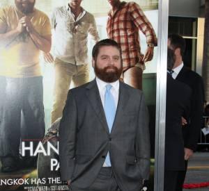 """Zach Galifianakis en 2011 pour la première de """"Very Bad Trip """" : l'acteur adopte à nouveau un costume gris... mais le pimente avec une cravate bleu ciel."""