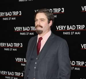 """Zach Galifianakis à l'avant-première de """"Very Bad Trip 3"""" à Paris mise sur un costume anthracite chic !"""