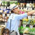 Jessica Alba a été aperçu faisant ses courses avec ses filles, à Los Angeles, le 27 mai 2013. Toujours stylée et très bohème chic !
