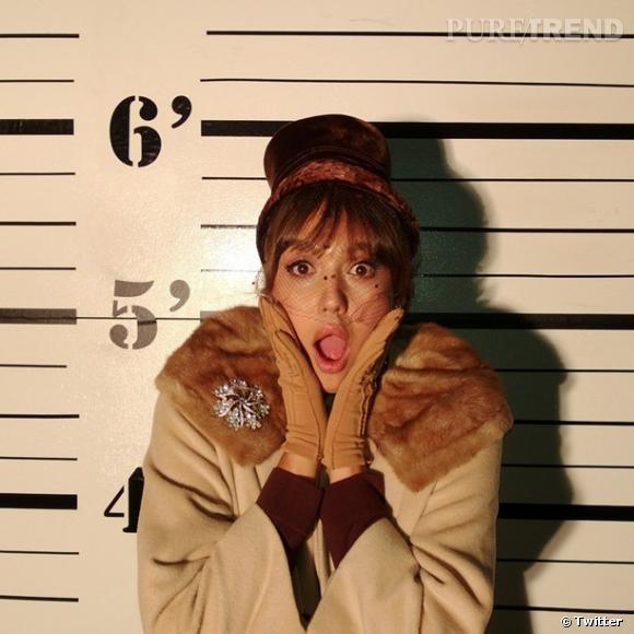 """Jessica Alba tourne actuellement le film rétro """"Dear Eleanor"""", et a le costume approprié."""