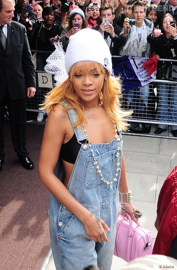 Rihanna crie de nouveau son amour pour la salopette en jean, en quittant son hôtel de Londres.