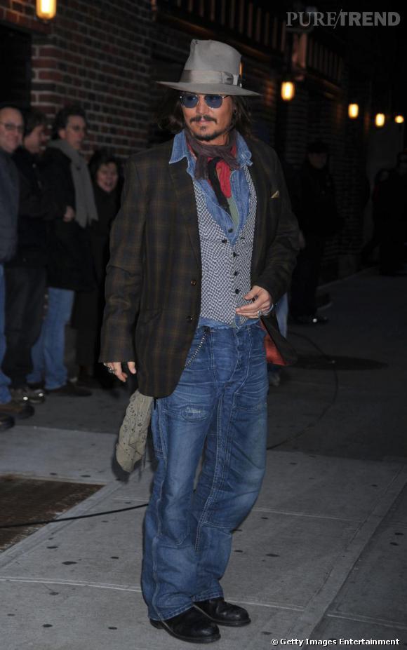 Johnny Depp porte des lunettes teintées car il est pratiquement aveugle.