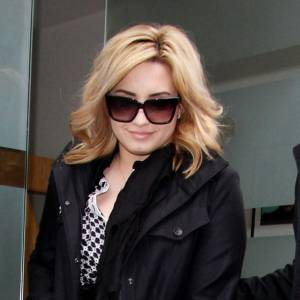 Demi Lovato a appris la nouvelle du décès de son père le 22 juin 2013, elle entretenait des relations complexes avec lui.