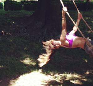 Sofia Vergara en bikini, elle s'envoie en l'air sur une balancoire