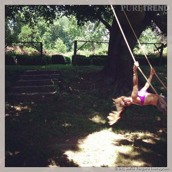 Sofia Vergara s'envoie en l'air sur une balançoire.