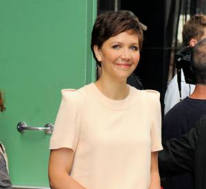 "Maggie Gyllenhaal à New York pour la promotion de ""White House Down"" porte un ensemble Chloé de la pré-collection Automne 2013."