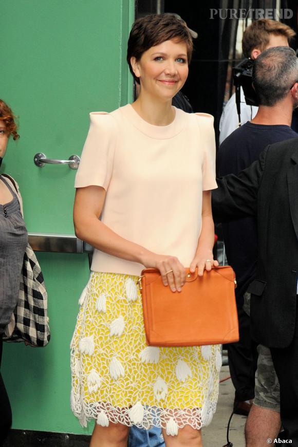 """Maggie Gyllenhaal à New York pour la promotion de """"White House Down"""" porte un ensemble Chloé de la pré-collection Automne 2013."""