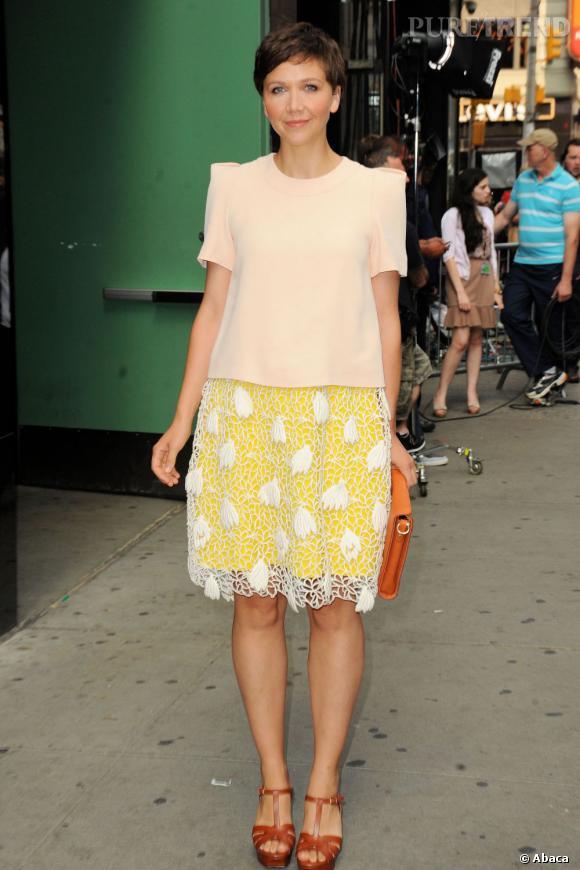 """Maggie Gyllenhaal à New York pour la promotion de """"White House Down"""" se juche sur des sandales Saint Laurent et choisit une pochette Carven."""