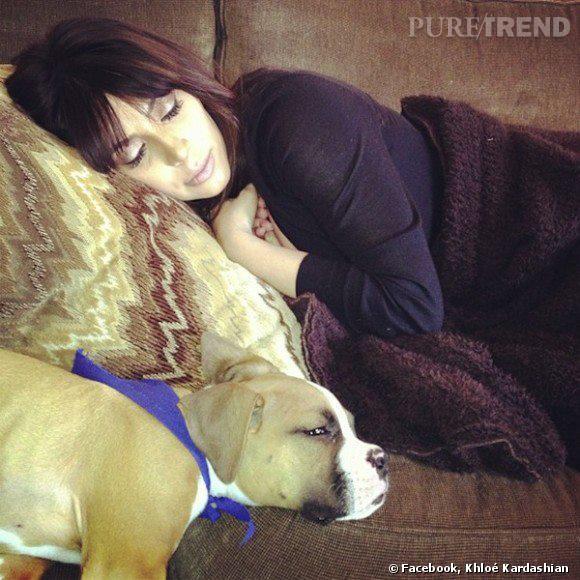 Kim Kardashian endormie et paisible pour son après-accouchement sur une photo postée par Khloé Kardashian sur son compte Facebook.