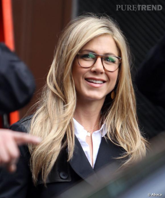 Jennifer Aniston opte pour une monture écaille qui se marie parfaitement avec ses cheveux blonds.