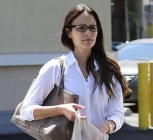 Jordana Brewster aime le style intello avec une paire de lunettes rectangulaire et noire.