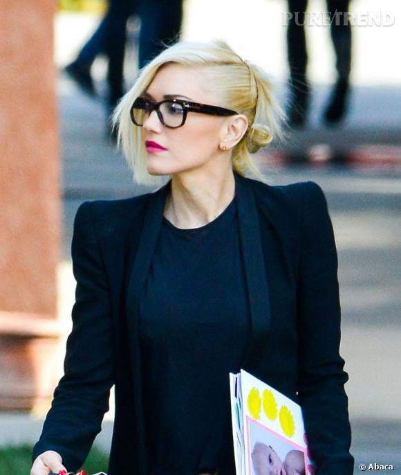 La chanteuse Gwen Stefani opte pour une monture épaisses et foncée qui tranche avec son tient très clair et ses cheveux blonds.