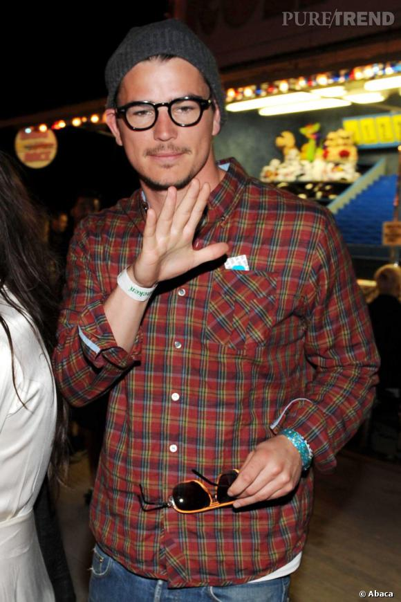 Avec ses lunettee noires et rondes, Ashton Kutcher a le look d'un vrai hipster.