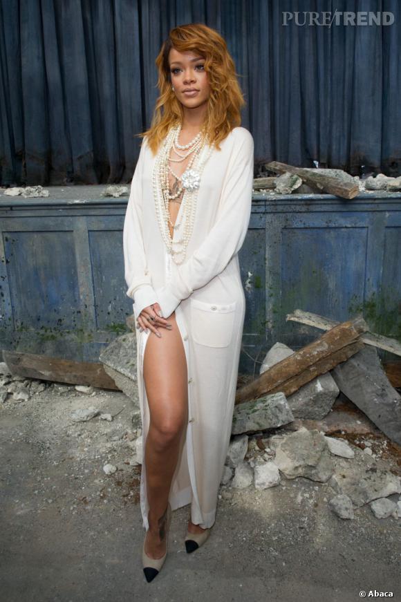Rihanna mise sur une longue robe ouverte sur le devant et fait impression au défilé Chanel Haute Couture Automne Hiver 2013-2014.