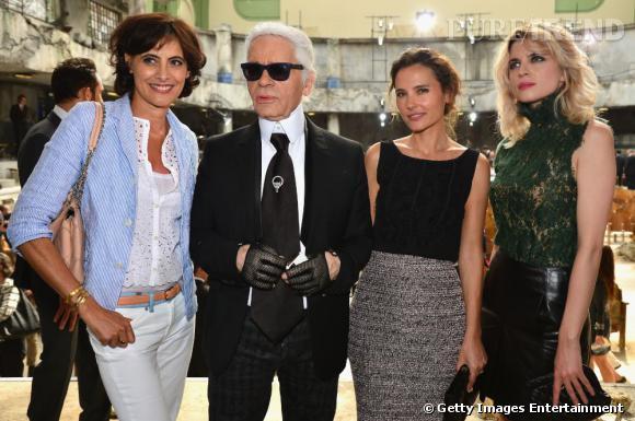 Inès de la Fressange, Karl Lagerfeld, Virginie Ledoyen et Cécile Cassel au défilé Chanel Haute Couture Automne Hiver 2013-2014.
