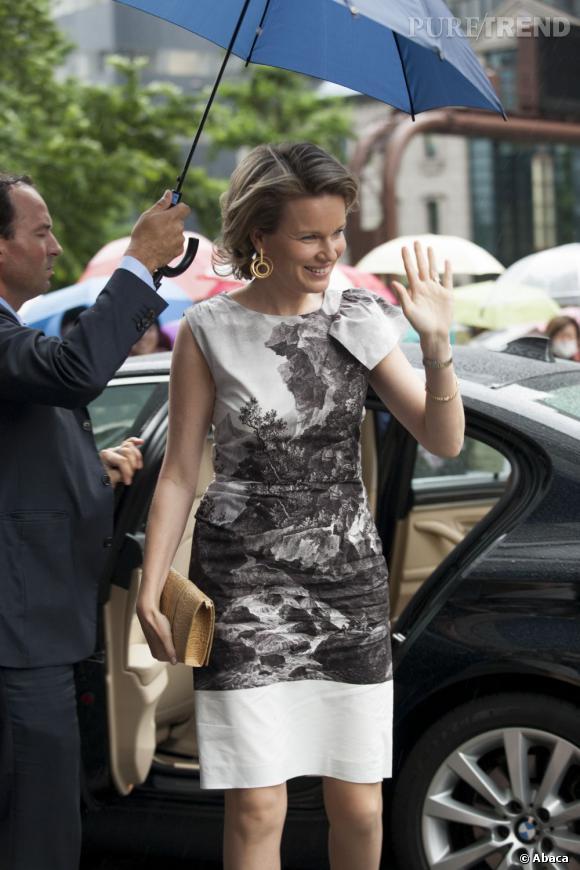 La Princesse Mathilde de Belgique en robe monochrome.