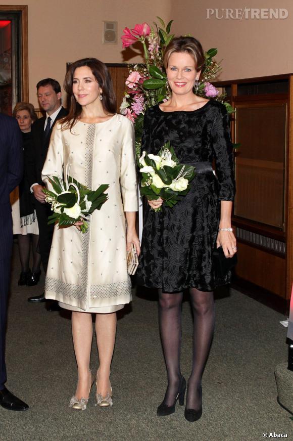 La Princesse Mathilde de Belgique est également rayonnante en petite robe noire.