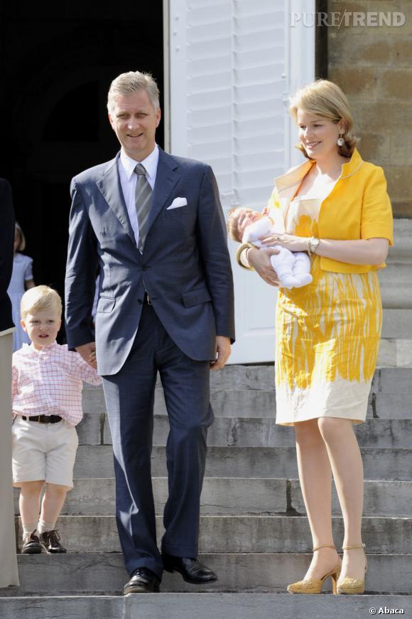 La Princesse Mathilde de Belgique et son mari le Prince Philippe de Belgique présentent leur nouveau né, la princesse Eleonore.