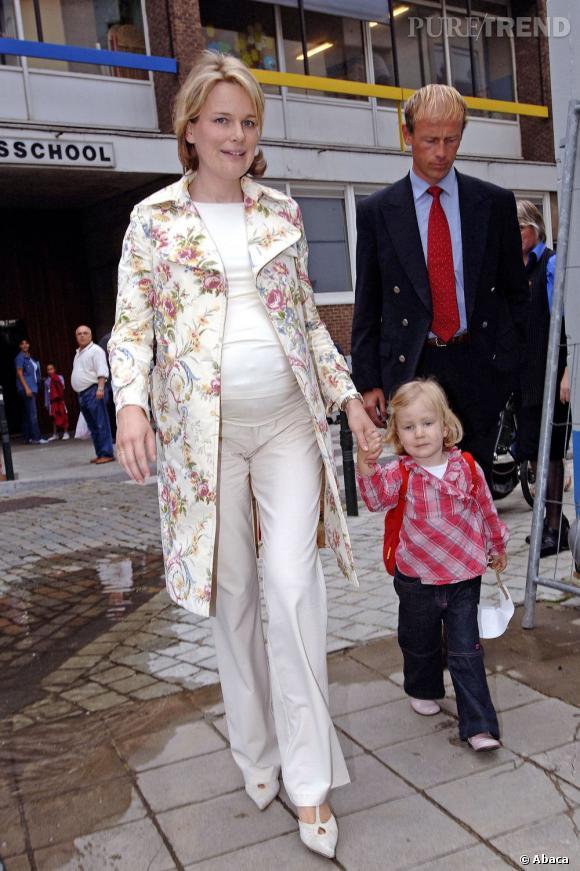 La Princesse Mathilde de Belgique enceinte d'Emmanuel, et allant chercher sa fille Elisabeth à l'école.
