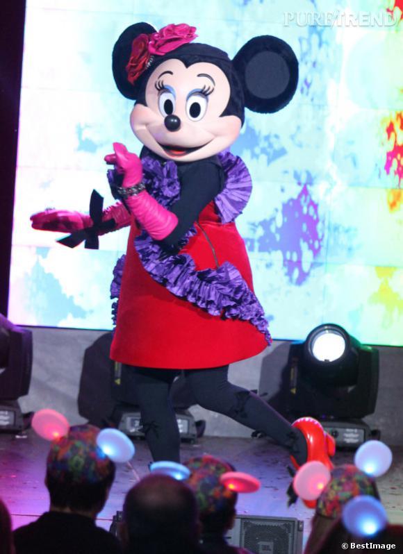 Depuis qu'elle a fêté ses 80 ans, Minnie est devenue une véritable icône mode. Elle assure le show dans une robe signée Alber Elbaz, rien que ça !