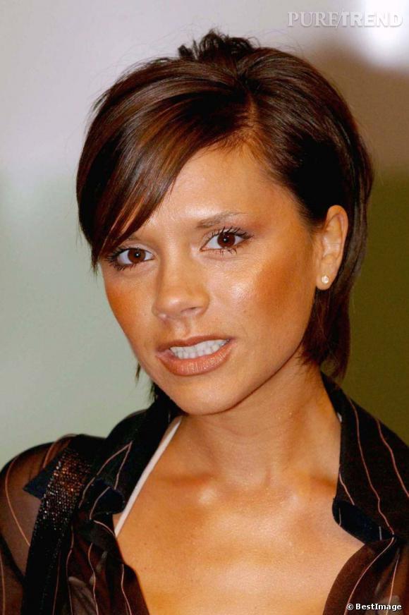 Il y a quelques années, Victoria Beckham avait encore tout à apprendre côté look et beauté. Le teint est orange et on remarque bien trop sa pourdre bronzante qui creuse ses joues. En plus, elle n'a pas du tout besoin d'affiner son visage !