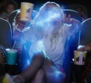Dans la vidéo, Britney Spears est happée dans le monde des Schtroumpfs.