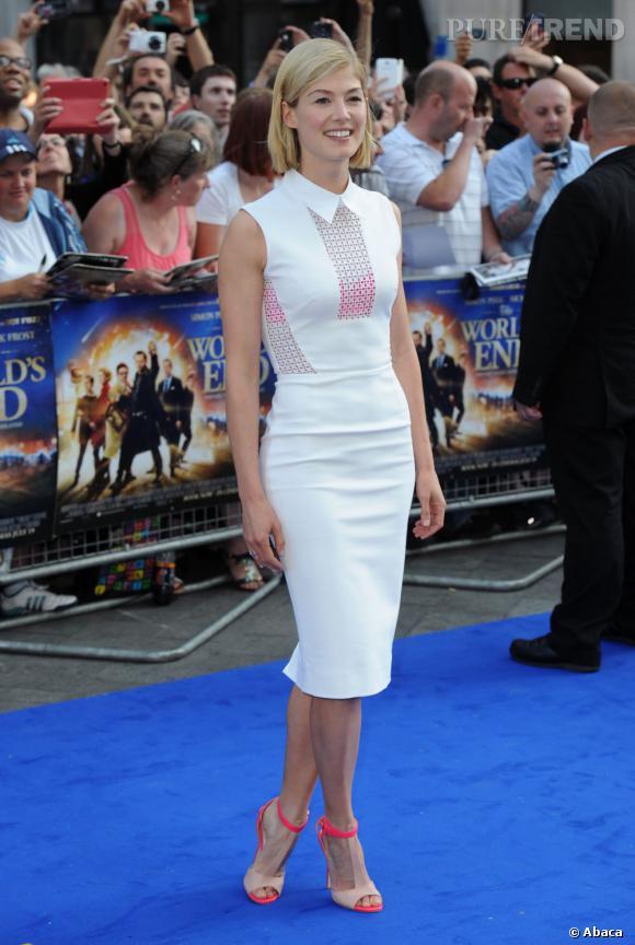 Rosamund Pink, jolie révélation mode avec une tenue complétée de sandales Elie Saab.