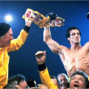 "Sylvester Stallone victorieux dans ""Rocky III""."