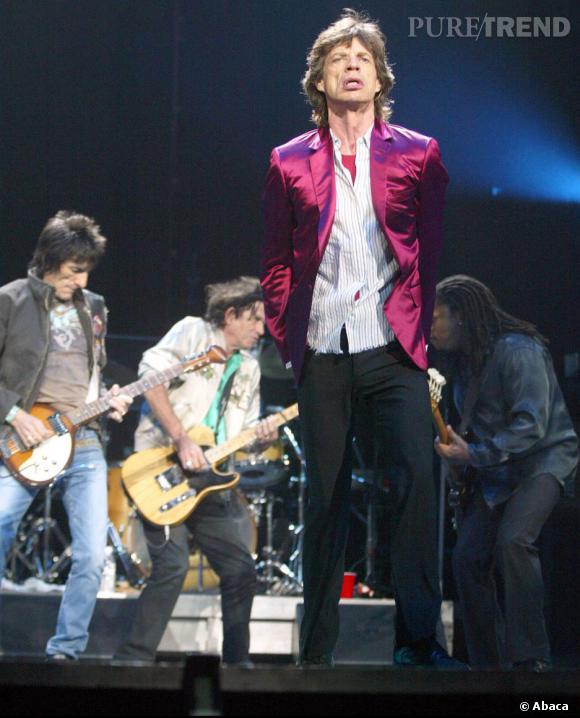 Si Mick Jagger abandonne les pantalons en spandex dans les années 2000, il se tourne vers des skinny jeans tout aussi moulant qu'il associe avec des blazer flashy.