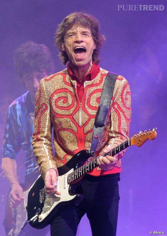 Skinny jean J Brand aux gambettes et veste parfaitement kitsch pour les 50 ans de carrière des Rolling Stones, Mick Jagger sort le grand jeu.