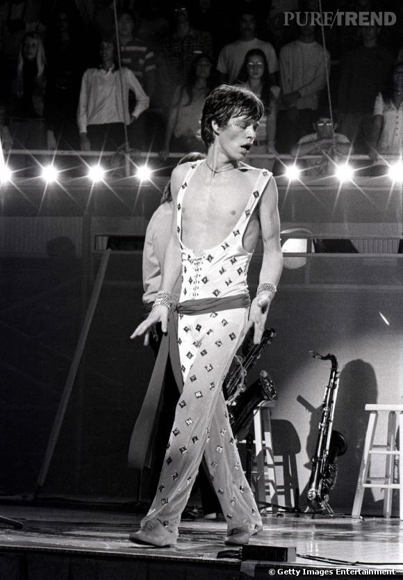 Le jeune homme sage des débuts laisse place à une bête de mode et de scène dans les 70's. Mick Jagger n'hésite pas à se produire dans des combinaisons moulantes.