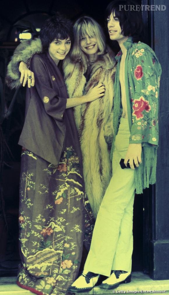 """En 1968 sur le tournage de """"Performance"""" Mick Jagger, accompagné de Michèle Breton et Anita Pallenberg arbore une tenue on ne peut plus hippie."""