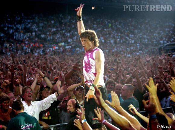 N'allait pas croire que les années 2000 soient celles de la sagesse pour Mick Jagger qui aussitôt sur scène ressort le top rose et trop court !